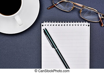 caffè, occhiali, blocco note, ufficio, tazza, scrivania, penna, aperto