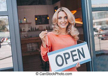 caffè, proprietario, con, segno, aperto