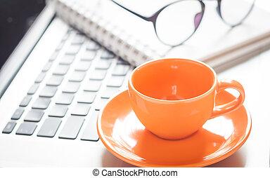 caffè, scrivania, blocco note, laptop, tazza