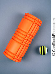 cahoteux, mousse, fascia, masage, détente, gris, balle, points, sortie, ensemble, rouleau, vert, arrière-plan., sur, orange