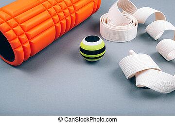 cahoteux, mousse, fascia, masage, détente, gris, balle, points, sortie, ensemble, vert, arrière-plan., ceinture, rouleau, sur, orange