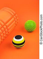 cahoteux, mousse, masage, détente, points, sortie, ensemble, rouleau, arrière-plan., brûlé, sur, orange, balles, myofascial
