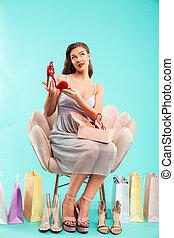caixa azul, mulher, moda, shopping, fundo, poltrona, sentando, sobre, isolado, enquanto, comprimento, cheio, sapato, segurando, retrato, vestido, vermelho