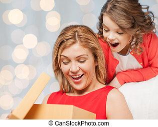 caixa, filha, presente, abertura, mãe, feliz