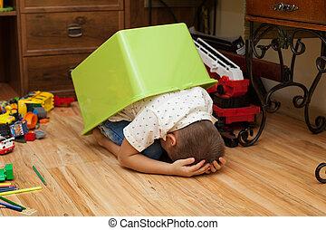 caixa, Menino, pequeno, escondendo