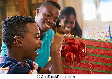 caixa, Menino, PRESENTE, abertura, hispânico, aniversário, pretas, criança, celebrando, Feliz