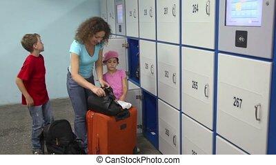 caixa, mulher, bagagem, armazenamento, aquilo, prepara, ...