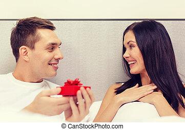 caixa, pequeno, mulher, presente dando, vermelho, homem