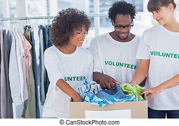 caixa, saída, voluntários, doação, alegre, roupas, levando