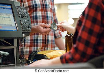 Caixa, supermercado, crédito, dá, senhora, cartão, homem