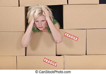 caixas, mulher, cercado, cansado