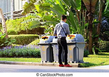 cajón, desperdicio, botellas, jardín, basura, el descargar, hombres, plástico, desperdicio, caminata, de lado, reciclar, público, basura