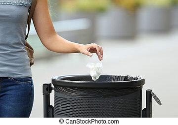 cajón, mujer, basura, cívico, lanzamiento, basura