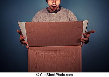 caja, apertura, joven, emocionante, sorprendido, hombre