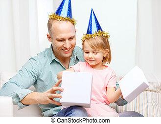 caja azul, hija, regalo, sombreros, padre