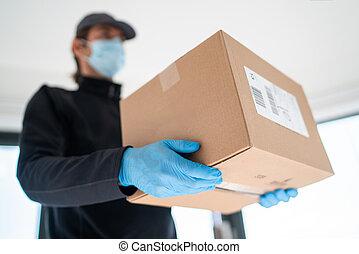 caja, compras, hogar, puerta, protector, entregar, guantes, hombre de entrega, llevando, paquetes, máscara