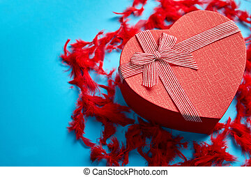 caja, corazón, regalo, formado, plumas azules, colocado, plano de fondo, rojo, rojo