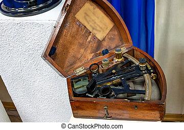 caja de madera, sextante
