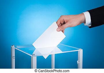caja, hombre de negocios, papel, poniendo, elección