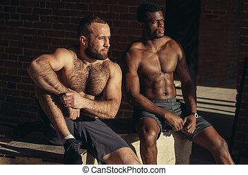 caja, multiétnico, trabajando, atlético, saltos, muscular, mientras, amigos, gimnasio, afuera