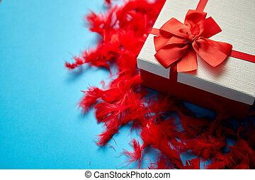caja, plumas, atado, regalo, colocado, cinta, rojo