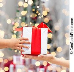 caja, regalo, manos, madre, arriba, niño, cierre