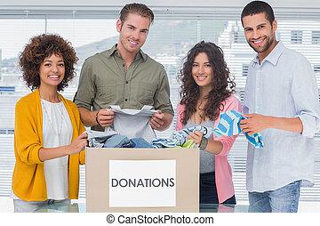 caja, voluntarios, toma, donación, equipo, sonriente, ropa,...