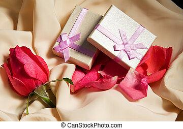 cajas del regalo, encima, raso, con, rosa, arrangement.