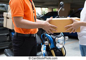 cajas, mujer, libre, deliveryman, transporte, rápido, mano, aceptando, entregar, entrega, bienes, servicio, motocicleta