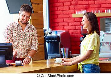 cajero, sirve, cliente, en, el, efectivo, escritorio, en, café