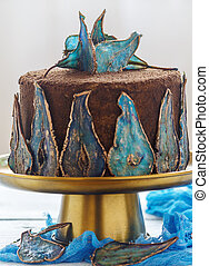 Cake with decor of blue dried pears.