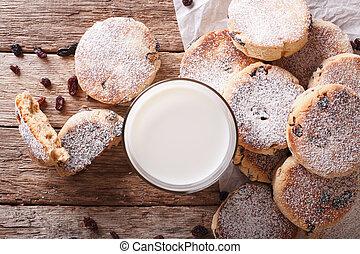 cakes, welsh, raisins, close-up, melk, smakelijk, horizontaal, tafel., hoogste mening