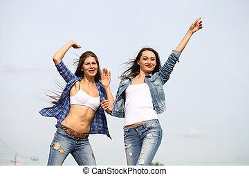 calças brim azuis, dois, estrada, mulheres