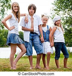 calças brim, família