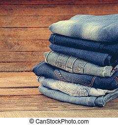 calças brim, pilha, roupas
