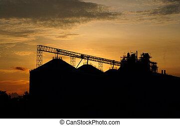 cal, industria, siluetas, como, contra, un, plano de fondo, de, naranja, cielo de puesta de sol
