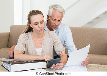 calculador, pareja, sofá, su, serio, cuentas