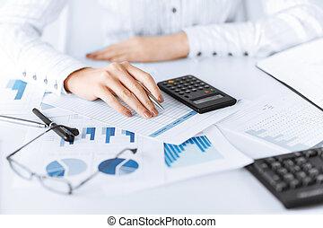 calculadora, mujer, papeles, mano