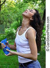 caldo, estate, -, donna, sotto, spruzzi, acqua