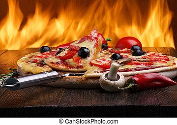 caldo, pizza, con, forno, fuoco, sullo sfondo