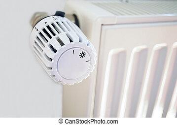 calefacción, con, termostato, delante de, pared blanca