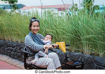 calesa, conducción, mientras, sonrisas, bebé, ella, coche, ...