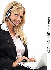 Callcenter freundlich - Junge Frau mit Headset und Laptop