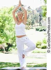 calma, mujer, hacer, yoga, ejercicios, en el parque