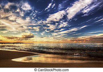 calma, océano, debajo, dramático, cielo de puesta de sol