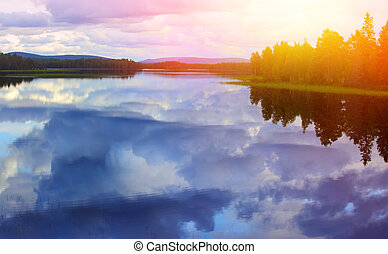 calma, riflessione lago, contro, il, cielo blu, con, nubi bianche
