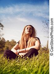 calme, femme relâche, dans, ensoleillé, champ herbe