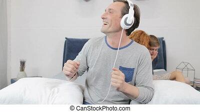 calmer, fils, famille, sur, écouteurs, père, ensemble, matin, gai, musique écouter, mère, chambre à coucher, utilisation, enfants tristes