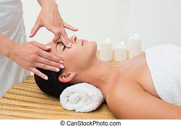 calmo, desfrutando, massagem facial, morena