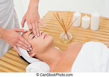 calmo, desfrutando, massagem, morena, rosto